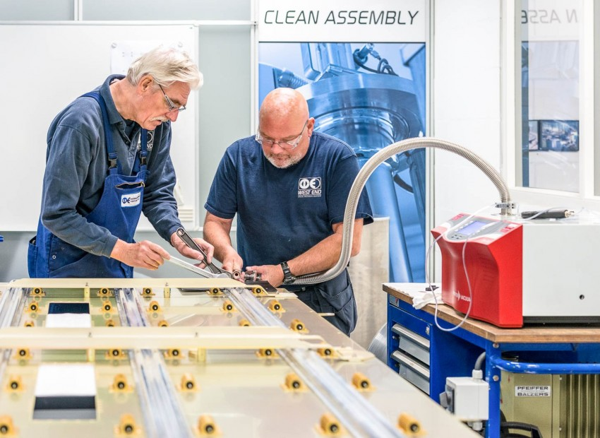 Vacuümtesten in onze clean assembly ruimte