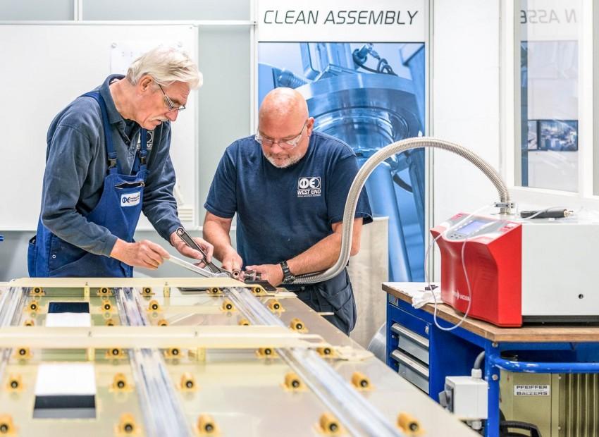 Vacuümtesten in onze clean assembly ruimte