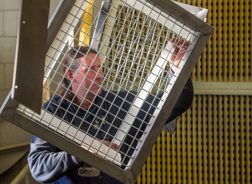 Masking tape aanbrengen op een veiligheids VGM hekwerk bij oppervlaktebehandelingen, zoals coaten